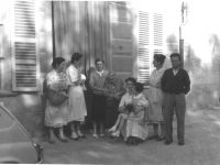 Foto davanti a Casa Nebiolo con Germano, Tina e le cinque figlie 1950