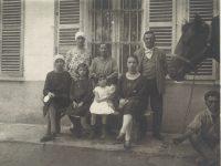 Foto davanti a Casa Nebiolo con Germano, Tina e le cinque figlie 1932